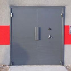 דלתות חדר נשק כבדות